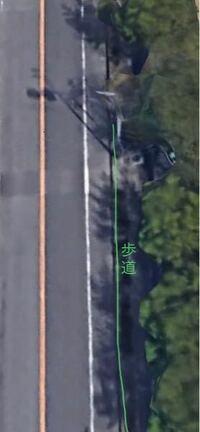 自転車はどこを通っては行けないんですか?てかどこを通ればいいんでしょうか? 今日朝、画像の道路の白線より右側を自転車で走っていたところ、前から原付のおじいちゃんが来てここ通ったらあかんやろ!!と怒鳴られました。歩道と白線の道とは結構段差があり、簡易に歩道に入ることは不可能です。歩道を走ると歩行者にぶつかると危ないしと思って白線の内側を走っていたのですが……画像わかりにくくて申し訳ないです。