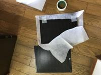 レンジフードのフィルター取り付け。 もう、頭がいたいです( ; ; )  フィルターをどうセットすれば 良いのでしょうか。  ちなみに、磁石はくっ付かない材質です。 養生テープでペタペ タ貼るしかないで...