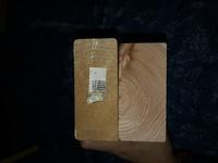 ツーバイフォーによく似た木材を購入してしまいました。 シールが貼ってある方がツーバイフォーです。  こちらの規格は存在しますか? また、なんという規格でしょうか?