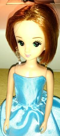 リカちゃん人形についての質問です。  写真の人形ですが、家にあるリカちゃんとは、少し顔立ちが違うので、リカちゃんの友達だと思うのですが、この子の名前が分かりません。分かる方いらっし ゃいましたら、教...