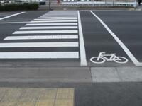 横断歩道の自転車横断帯って歩行者優先ですか? 横断歩道がスカスカなのに自転車横断帯を歩いている人がいて邪魔です。 イラっとして自転車のベルを鳴らしたりするの良くない事でしょうか?