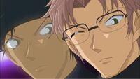 名探偵コナンの赤井さんは沖矢昴のときには、 目を瞑っているのですか? それとも目を極限まで細くして薄目にしているのですか?  気になって気になって、期末テスト所ではありません!助けてください!