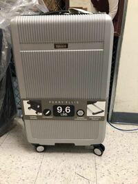 スーツケース エアチャイナから荷物破損の代わりのスーツケースの写真が届きました。これはどこのメーカーのどの種類のスーツケースでしょうか?大きさのイメージがつかず困っています。  回答よろしくお願いしま...