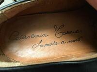 イタリア語の筆記体です。クセなのか英語の筆記体とは違うのか、読めませんのでどなたかわかる方、教えていただけると助かります。 革靴のメーカーだと思います。