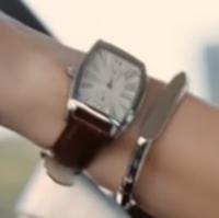 午後の紅茶で深キョンがしている腕時計とブレスレットは何ですか?  大きめですが上品で落ち着いてて良いなと思い、気になりました。 ブランドと名称がわかれば教えてください。