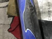 カーボンフレームのクラック補修ですが、クラック部分以外のクロスを巻くときに当たる場所も塗装をカーボン地が出るまで剥がしますか?