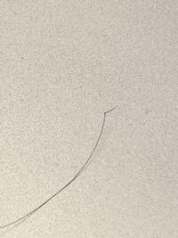 大学一年の男です。髪の毛が画像のように結ばれたような髪がたまにあります。くしを通したり、手で髪をいじるとよく引っかかります。その時は強くして引っかかりを無くすべきなのかそのまま放っておくのかどっち...