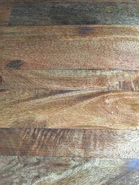 ダイニングテーブルの表面のコーティングが剥がれてしまったので塗装を考えています。 臭いがあまりしなくて水に強い塗装でおすすめはありますか? 宜しくお願いします。