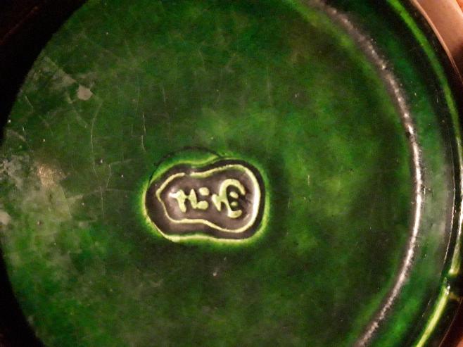 この印が分かりますか? 大変古い品です。 茶道の菓子の器の様ですが、七宝焼のような風合いです。陶器かもしれません。