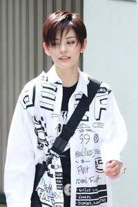 宝塚歌劇団の朝美絢が着ていた画像の服はどこのブランドのものかわかる方いらっしゃいますか? また朝美絢さんが愛用?しているブランドの服等ありましたら教えて欲しいです! よろしくお願い します!