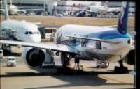 羽田空港の国際線ターミナルからとった写真なのですが、 ANAのB777-300ERがドアを全部開けていました。  何をしていたのか気になるので教えてください