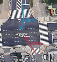 青信号と赤点滅信号の交差点があるのですが、青信号の右折車と赤点滅信号の直進車ではどちらが優先ですか? https://www.google.com/maps/@34.6435677,135.1151983,3a,75y,90t/data=!3m6!1e1!3m4!1sjxxQ9_Ctk5RXBrK-__F1Cw!2e0!7i16384!8i8192?hl=ja