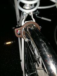 自転車 、自転車の鍵についての質問です。 先日自転車の鍵を紛失してしまいました。 スペアキーをなくした為、代わりの鍵がありません。   自転車屋さんでもう一度鍵を作るのにお金がかかります。 できるだけお金...