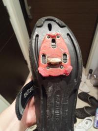 【ロードバイク有識者の方助けてください】 写真のクリートのメーカーがどこかわかる方いますでしょうか。 必要であれば、ペダルの写真もお送りします。 どうかよろしくお願いします。