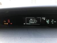 プリウス30系前期を10万キロほど乗って始動用バッテリーを新品に買えた後ディスプレイに画像のような表示が出るようになりました、この時はreadyの文字が無く、エンジンがかかっていません。も う一度ボタンを押...