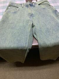 ジーンズの染め方について。 このジーンズはインディゴの上から染めて薄い緑の中にところどころ青い部分があるような仕上がりになっている商品名のですが、大きくて履けないので自分でほかのジーンズを染めて限りなく近い色を再現しようと考えてるのですが、どのような染料を使ってどのように染めればいいか、アドバイスを下さる方はいらっしゃいますか。ジーンズを染めたときに、まだらな感じではなく平な緑になってしまう...