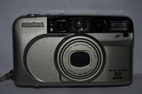 CONTAX T2に憧れを持つフィルム写真愛好家です!本家の中古カメラは相も変わらず相場価格10万円前後で推移しておりますのでトテモじゃあ有りませんけど、手も足も出ない状況です。 そこで画像のようなMINOLTA製のコンパクトFILMカメラをリサイクル・ショップのJUNKコーナーから百円ポッキリで入手出来ました。  面白そうなので実際にフィルムを入れてリチウム電池も新たに購入し、使ってみ...