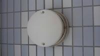 エアコンを購入予定ですが取り付け工事の事で 質問があります。 全然、使った事ない空調換気扇という 27×40×18の箱形の物が部屋にあり 壁に穴があいているのです エアコンの設置するときの 開ける穴に使えるのかを知りたいです エアコンの穴の大きさはどれくらいなのでしょうか? この穴が使えたらコンセントも差すこともできるので エアコンの設置にちょうどいいのですが… カバーの中...