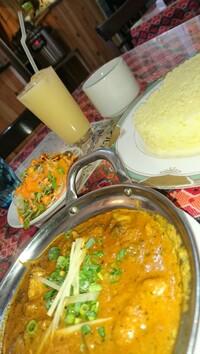 昼ごはん食べましたか?  私は近所のネパールカレーを食べに来ました。 これだけで付いて750円です。 ご飯は元気の源!  昼ごはんどうしますか?