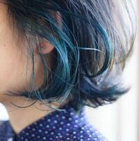 マニックパニック ターコイズブルーについて こんばんは。 マニックパニックで髪の毛に画像のような色のターコイズブルーのポイントカラーを入れたいのですが、どのマニパニを使えば画像の色に染まりますか? 一応写真のようなターコイズブルーにしている知り合いの方に「ブリーチで白に近い金にしてから、ブルーと紫を混ぜて染めた」と聞いたのですが、細かい色の種類がわかりません… この写真の色だったらアトミック...