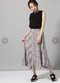 彼のご両親に結婚の挨拶に行くのですが服装に迷っています。 画像のスカートに黒のカットソーを合わせようと思っているのですがスカートカジュアル過ぎでしょうか?