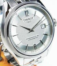 腕時計のティソのバラードのシルバーの購入を検討しています。そこで質問です。 写真のような文字盤もシルバーの時計を20代がつけているのは違和感がありますか?おじさんくさいでしょうか。