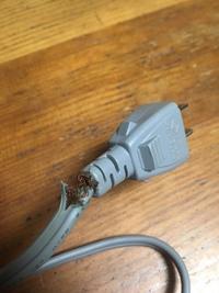 コンセントが千切れて、ドライヤーがスパークしました。  リュミエリーナのヘアビューロン2Dを使用しています。 このたび、ドライヤーのコンセント部分が画像の通り千切れてしまいました。 使用後にコンセントを抜く際、コンセント部分から火花とバチっという音がしました。 修理は可能でしょうか。  修理案 ⑴電気屋に修理依頼をしてみる 断られた場合 ⑵下記のURLの通り、自力で治す ...