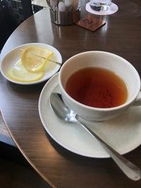 紅茶(レモンティー)の飲み方、マナーについて質問です。以下の写真のような形で串(正式名称がわかりません!)にレモンが刺さった状態で提供された場合は、そのまま紅茶に浸して良いのでしょうか? もしそうである場合、もう一つのレモンも自分で串に刺して浸すのが正しいのでしょうか? 稚拙な質問ですが、宜しくお願い致します。