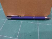 ボールペンの替え芯について 当方文具屋に努めております。 お客さんが最近よく持ってくるこのお店などの粗品の名前入りボールペン、これの替え芯になるようなものはないでしょうか??  このようなボールペンは海外の安い物で替え芯はないのは知っていますが、あんまりにも持ってこられるので毎回「替え芯はもともとありません」と説明をするのですが、 外見もええし、描きやすい!替えがどーしてもほしい!とお客さま...