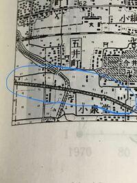 地図記号について この丸で囲まれたのはなぜ有料道路ではないのでしょうか...道路の真ん中に丸い点々があるのでそうだと思ったのですが、違いました。 有料道路の地図記号は真っ白な道路(?)に丸い黒丸が点々とついてあるものなので、これは黒く塗りつぶされてるから違うという意味で合っていますか...?