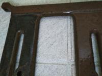 足踏みミシンの鉄脚 お祖母ちゃんのお家の足踏みミシンの足部分をペーパーで磨いたら画像のようになりました。画面左の黒くなっている方が磨いた部分です。ペーパーには茶色い絵の具のようなものが付くのですが、...