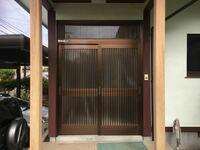 至急お願いします。昨日は何ともなかったのに、今朝から玄関ドアが重くて開閉しにくい状態になりました。ドアを開け閉めすると途中で引っかかります。 レール部分に溜まっていた砂ぼこりをほうきで取り除きました...