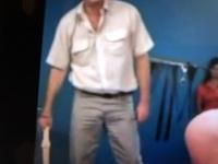 駅員さんや警備員さんの制服って夏服になるとワイシャツの胸ポケットが二つになるよね、私は全く怖くないけどお婆ちゃんが夏服の駅員さん見ると「ごめんなさい ごめんなさい 騒いだ私が悪いんで す、だから暴力は...