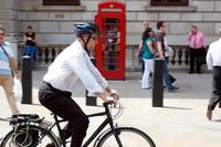自転車通勤・通学でヘルメットかぶってます? ロードバイクで車道走行が主ですけど、会社まで近いのでかぶってないです。 通勤通学で周囲の人を見ていても、かぶってる人ほとんどいませんよね。