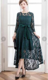結婚式のお呼ばれドレスについて。 11月に友人の結婚式のためお呼ばれドレスを探しています。 現在20代後半です。 画像のようなドレスはマナー違反ではないでしょうか? あとベルト?リボン?がカジュアルな感じ...