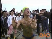 山本太郎議員が人生で一番絶頂で輝いていた時期は、 裸で海パン履いて黄色い帽子被って「メロリンO」やってた時ですか?