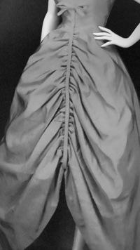 このドレスのギャザー部分。内側から出したテープで止めてるみたいなんですが、どうやったら綺麗にできますか?