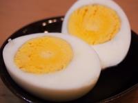 卵焼き・目玉焼き・ゆで卵  みなさんはどの食べ方が好きですか??  私はゆで卵です。↓の写真のように黄身がしっかり硬くなってるのが好きです。