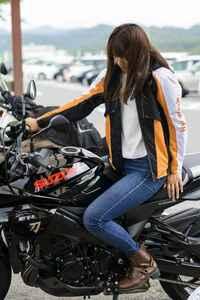 最近バイク女子というものが流行っているそうですが。 バイク雑誌を見ればバイク女子。 漫画を見ればバイク女子。 YouTubeではバイク女子は動画再生回数が多くユーチュバーとして稼いでいるそうですが。 本やネットでばバイク女子はブームですが。  ですが現実の世界ではバイクに乗っている女子て微々たるものだと思うのですが。 確かにビッグスクーターやハーレーに乗っている女子はたまに見かけ...