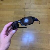 オークリーのサングラスですが、コーティングが剥がれてしまいました。原因は何だと考えられますか? 特に何かあったわけでもなく、カバンにずっと入れっぱなしにしてあって、久しぶりに見たらこれでした。 レンズの交換等はできるのですか??
