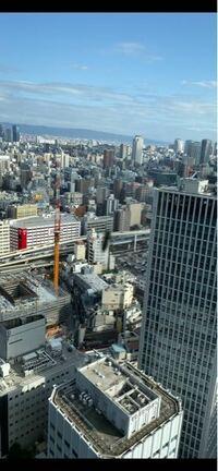 びっくりする事がありました。大阪梅田のど真ん中、高層階26階の窓の外に、ハエのようなものが止まっていたので、見るとお腹にシマシマがあり、アブのようでした。都会のど真ん中の高層階にアブは飛んでくるので...