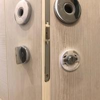 トイレの鍵付きドアノブを取り外そうとしたが鍵の部分の取り外し方がわからなく取り外せません。 写真説明 ドアノブ部分は取り外せますが、下の鍵のサムターン部分の室内側のノブにはネジ部分 がありません。外側はカバーは外せましたがそこからわかりません。  よろしくお願いします。