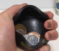 ラバーコインケースは落ちたりしませんか?? 使いやすいですか?
