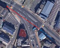 写真のような信号機・歩行者信号があり 青矢印を自転車で走行中、 赤矢印を自転車は通行可能ですか?