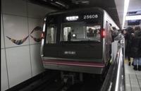 谷町線自動放送の東梅田の乗り換え案内で四つ橋線が言われないのはなぜですか? 東梅田、東梅田、 御堂筋線、JR線、阪急線、阪神線はお乗り換えです。左側の扉が開きます。ご注意ください。