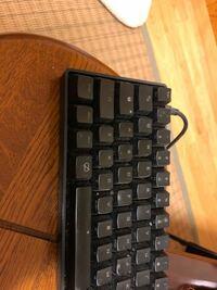 PS4にXIM APEXを使ってキーボードを接続しているのですが、シフトの上の鍵マークのところが光ってて動かないのです。直す方法を知っている方、回答よろしくお願いします。