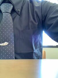 大学生です。 塾のアルバイトをしていてそこはスーツで働かなくてはいけません。 それで水色のワイシャツを使っているのですが、それがまだ乾いてなかったので大学の入学式のために買っておいたもうひとつのワイ...