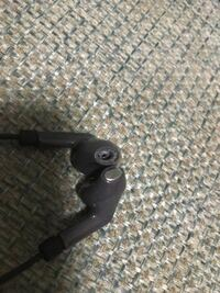 イヤホンの部分が取れてました。今日イヤホン使ってて、トイレに行って、イヤホンを使おうとしたら銀の部分がなくなってました。銀の部分が耳に入ることはありますか?