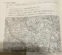 問題文は「A地点からB地点の地図上の長さは約10cmである。A地点からB地点までを道路沿いに進んだ時に、この地形図から読み取れることとして正しいものを、次のアからエのうちから一つ選べ。」 です。 なぜ実際の距離は約2.5kmと分かるのですか?