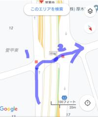 赤が信号だとします この場合、青矢印の方向に走る車は2の信号には従わなくて良いのですか? 地元の道路なのですが、2の信号には従わなくて良いみたいですがその理由がわかりません 1の信号が青になったら、2の信号は赤でも直進しても良いようです